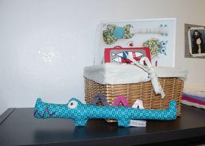 peluche crocodile bleu turquoise gros plan