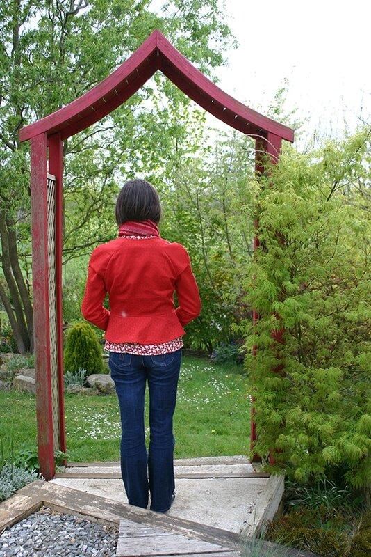 veste rouge portée dost