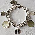 Bracelet sur chaîne plaqué argent ovale composé de médailles en nacre et en argent massif