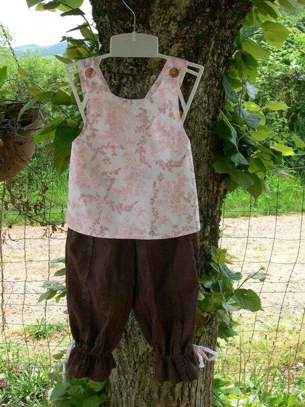 Ensemble Rose et Chocolat - Pantalon Burda - Tablier Croisé Intemporels pour Bébé