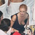 Rousse aux seins nus sous la robe