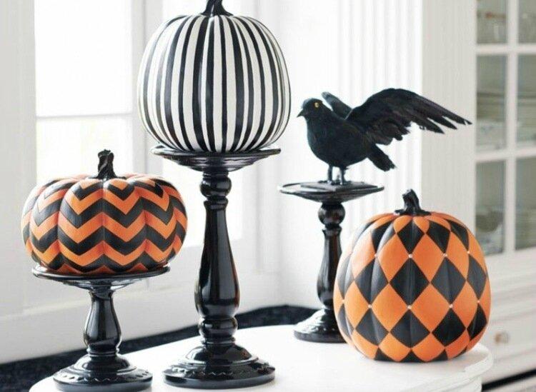 déco-Halloween-maison-citrouilles-colorées-motifs-noirs-blancs-oranges