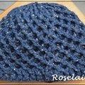 Un bonnet au crochet avec des motifs aran