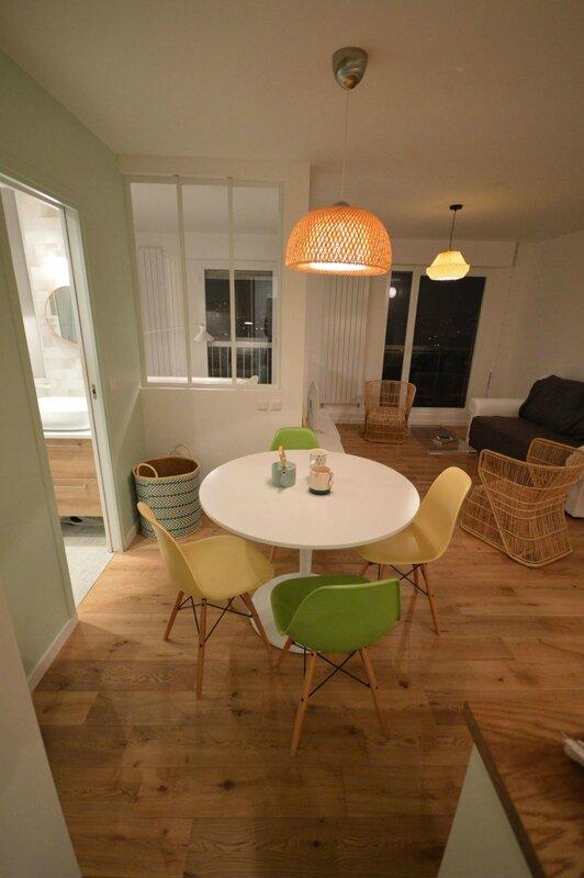 table-ronde-et-chaises-vertes-et-jaunes-cuisine-ouverte_5614927