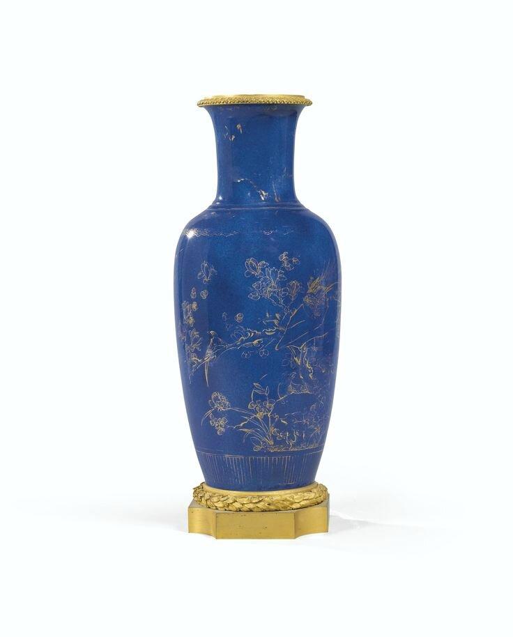 Vase en porcelaine de Chine, dynastie Qing, XVIIIe-XIXe siècle, et monture de bronze doré de style Louis XVI