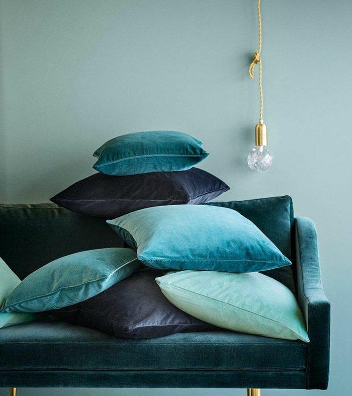 1-peinture-luxens-de-couleur-bleu-ciel-pour-le-salon-avec-un-canapé-bleu-foncé