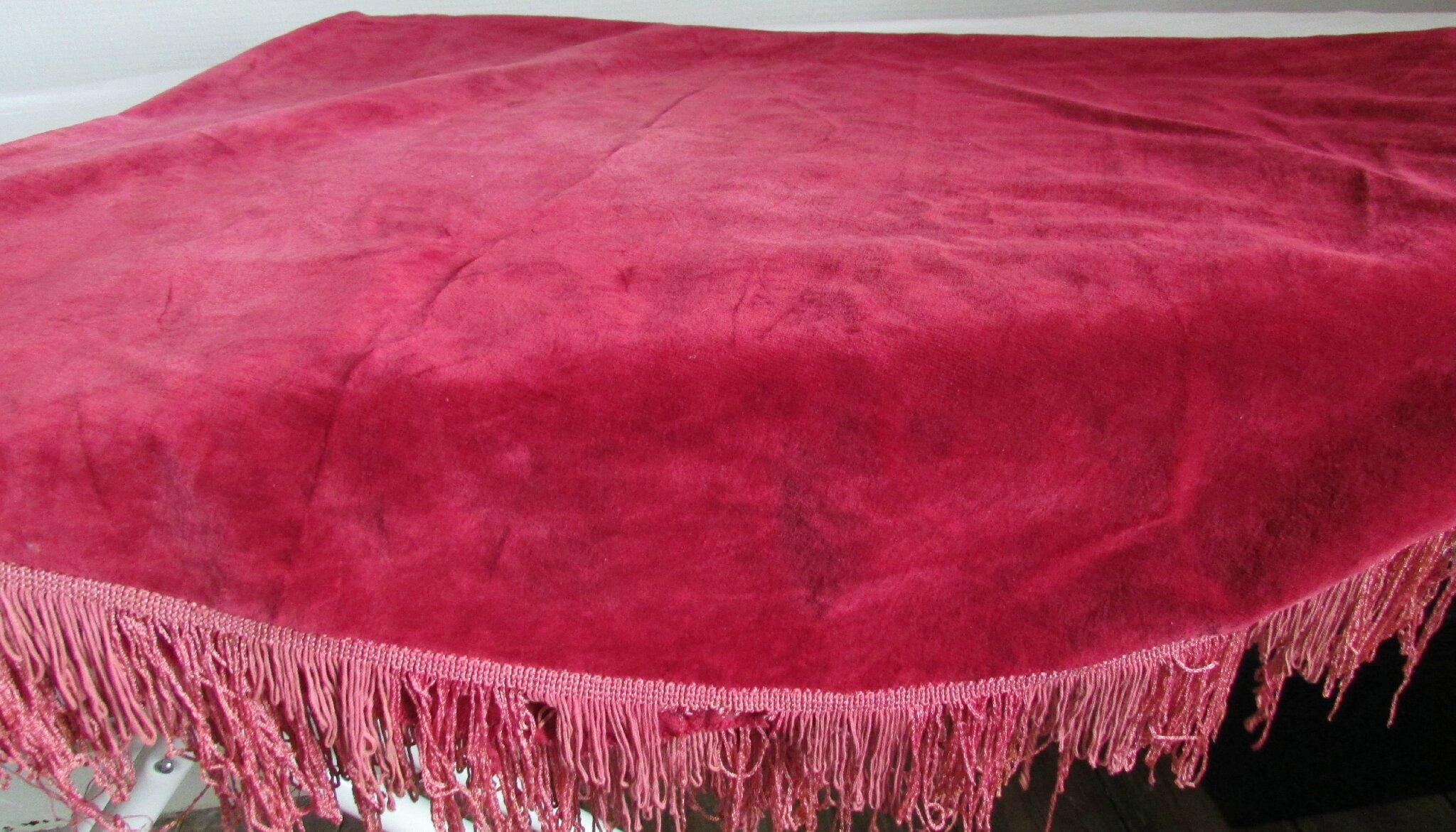 nappe ovale ancienne en velours rouge franges 106x140cm chantale poucel a montmorillon 86. Black Bedroom Furniture Sets. Home Design Ideas