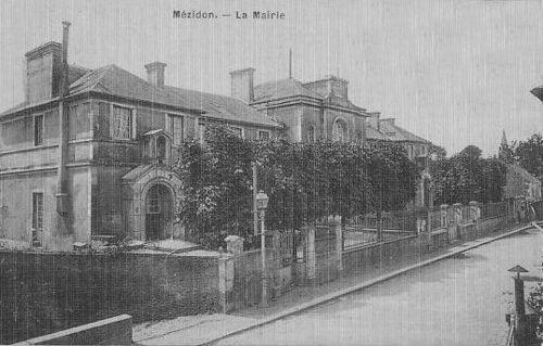 Mézidon - la grande rue (l'ancienne mairie et écoles)