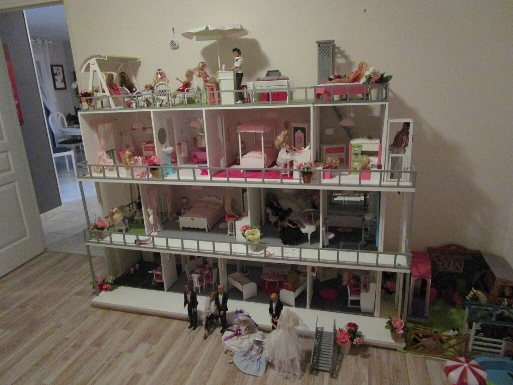 construction de maisons de poup e barbie. Black Bedroom Furniture Sets. Home Design Ideas