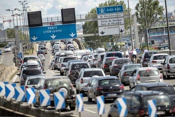 un-embouteillage-sur-l-autoroute-a6-le-14-juillet-2012-a-lyon