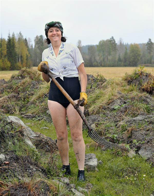 trish-morrissey-fig-04287-kel-tm-g-a-serlachius-oy-s-workers-at-loukkusuo-peat-bog-one-woman-1943-2015-m-ntt-finland-trish-morrissey