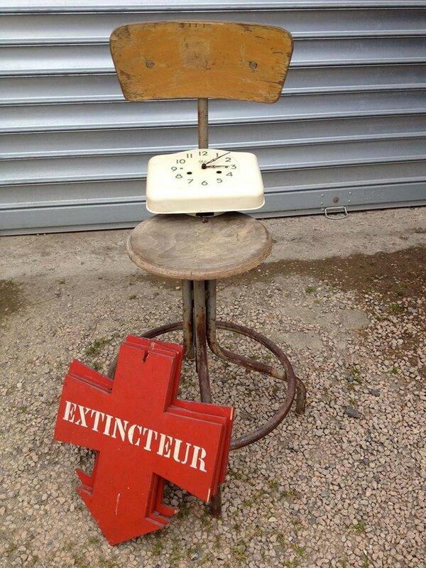 chaise, pancarte et horloge odo