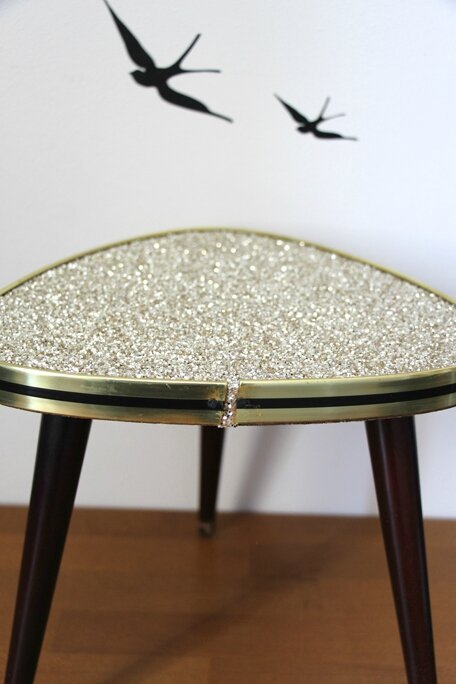 table-tripode-paillettes-or-detail