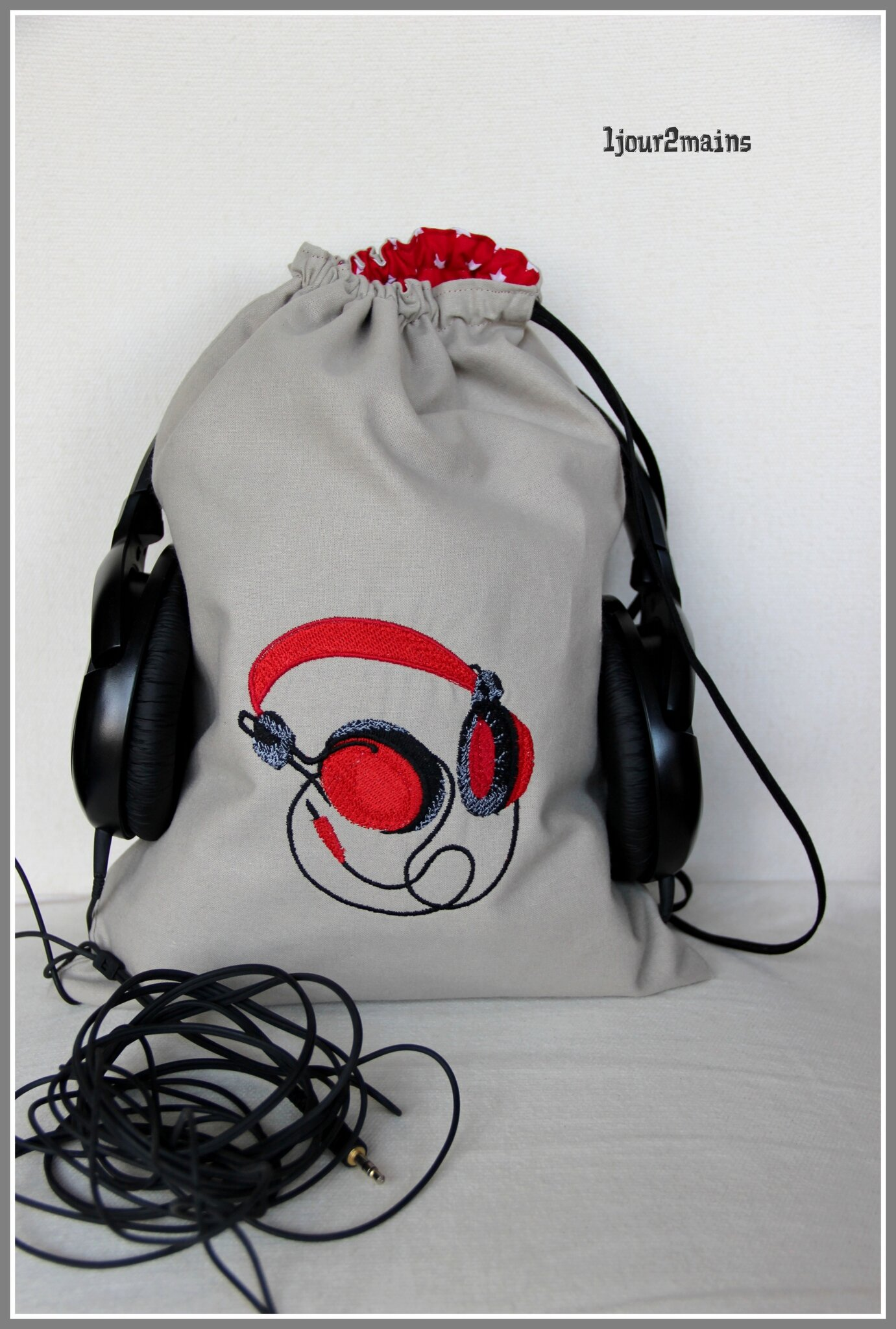 sac audio broderie rouge