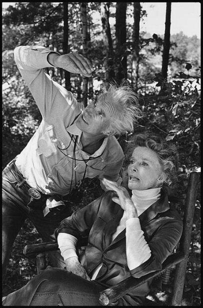 Le Cinéaste Billy Williams vérifie la lumière de Katharine Hepburn dans les bois du New Hampshire sur l'Étang D'or 1981