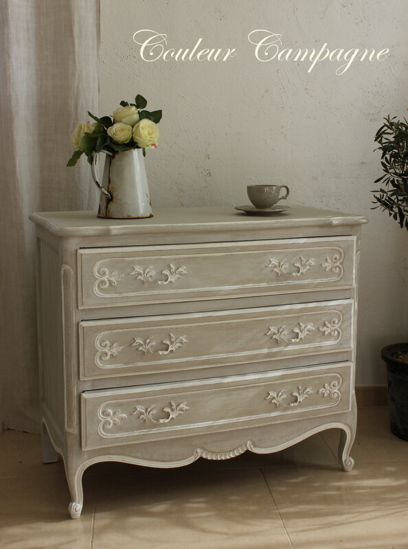 Commode patin e gris rechampie blanc couleur campagne for Meuble patine blanc gris