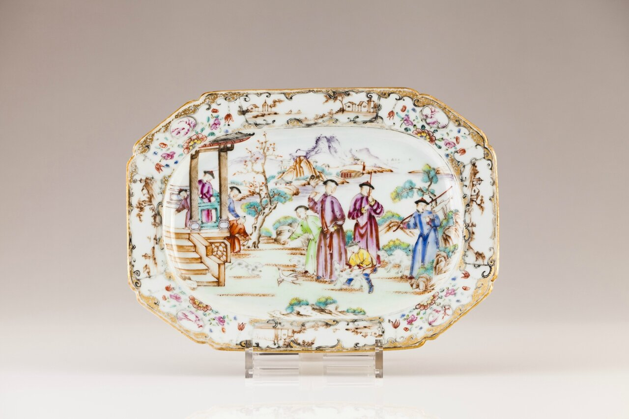A Chinese export porcelain octogonal dish, Qianlong Period (1736-1795)