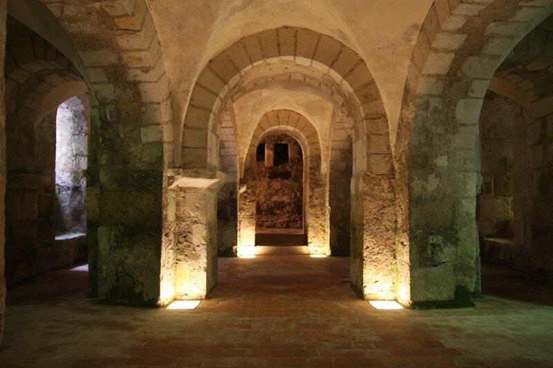 Eglise collégiale Saint-Martin de Léré, la crypte romane (Photo A. Estienne)