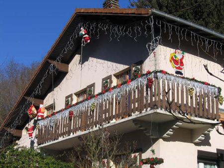 Decoration de noel exterieur balcon for Decoration grillage exterieur