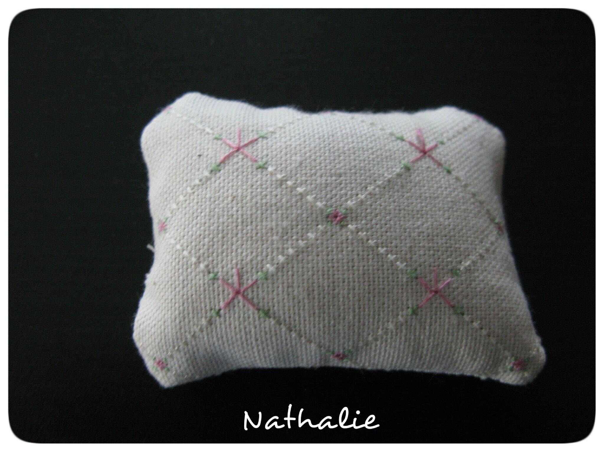 Pique-aiguille Damier de Fleurs brodé par Nathalie
