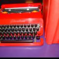 Machine à écrire valentine désignée par ettore sottsass et perry king en abs rouge, éditée par olivetti en 1969 - 115 €