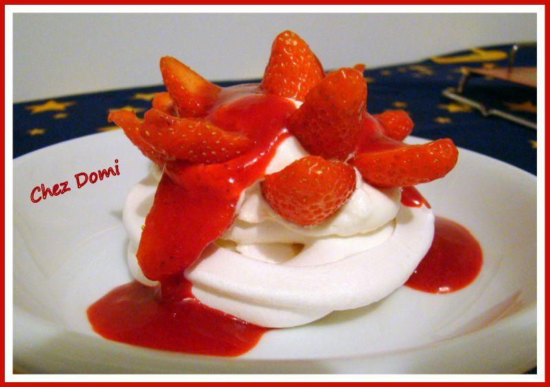 Pavlova aux fraises et coulis de fruits rouges