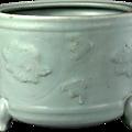 Brûloir à encens à trois pieds à décor de tiges entrelacées et fleurs d'hibiscus, Porcelaine de Longquan sous couverte céladon, Dynastie Song