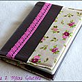 protège-passeport en simili cuir chocolat et dentelle rose, doublure fleurie