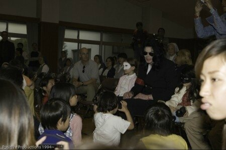 michael-jackson-visits-seibi-gakuen-childrens-home-in-tokyo-japan(261)-m-34
