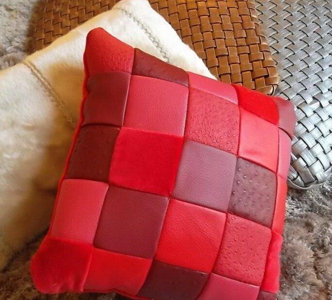 coussin patchwork de simili cuir et velour rouges 45. Black Bedroom Furniture Sets. Home Design Ideas