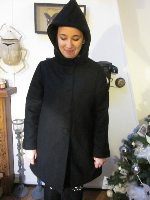 Manteau CUNEGONDE en drap de laine noir, doublé de polaire double - poches dasn les coutures de côtés - capuche avec cache-cou - boutons recouverts dans le même tissu (8)