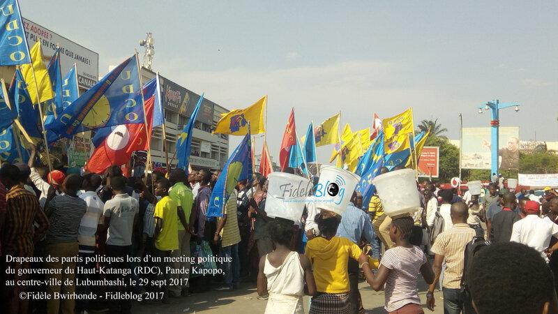 Drapeaux des partis politiques lors d'un meeting politique du gouverneur du Haut-Katanga (RDC), Pande Kapopo, au centre-ville de Lubumbashi. *Photo: Fidèle Bwirhonde