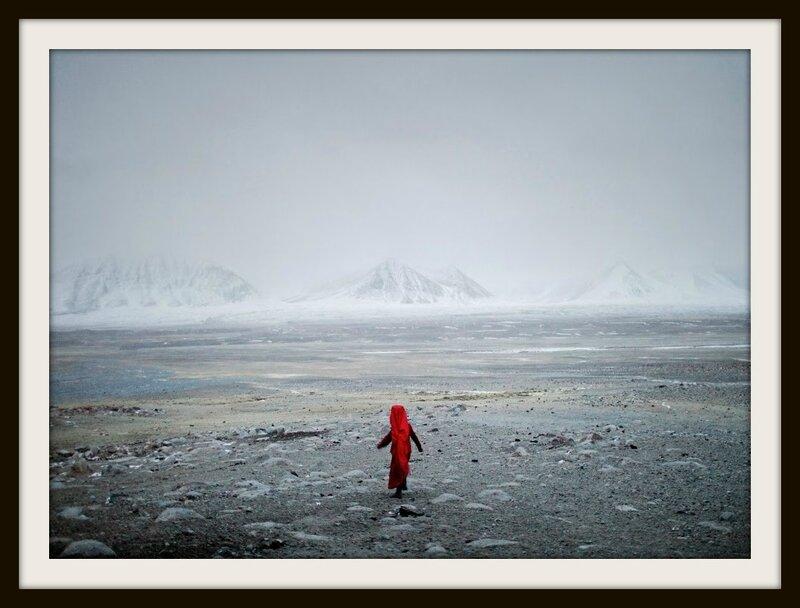 A la tombée de la nuit, Chinor, petite fille du roi des Kirghizes afghan, va chercher un animal égaré