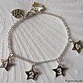 Bracelet sur chaîne plaqué argent ovale composé de 3 médailles en nacre gravées, d'une Croix en argent massif, et de breloques en nacre (6)