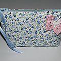 trousse fleurs bleues papillon-crochet blanc rose 2