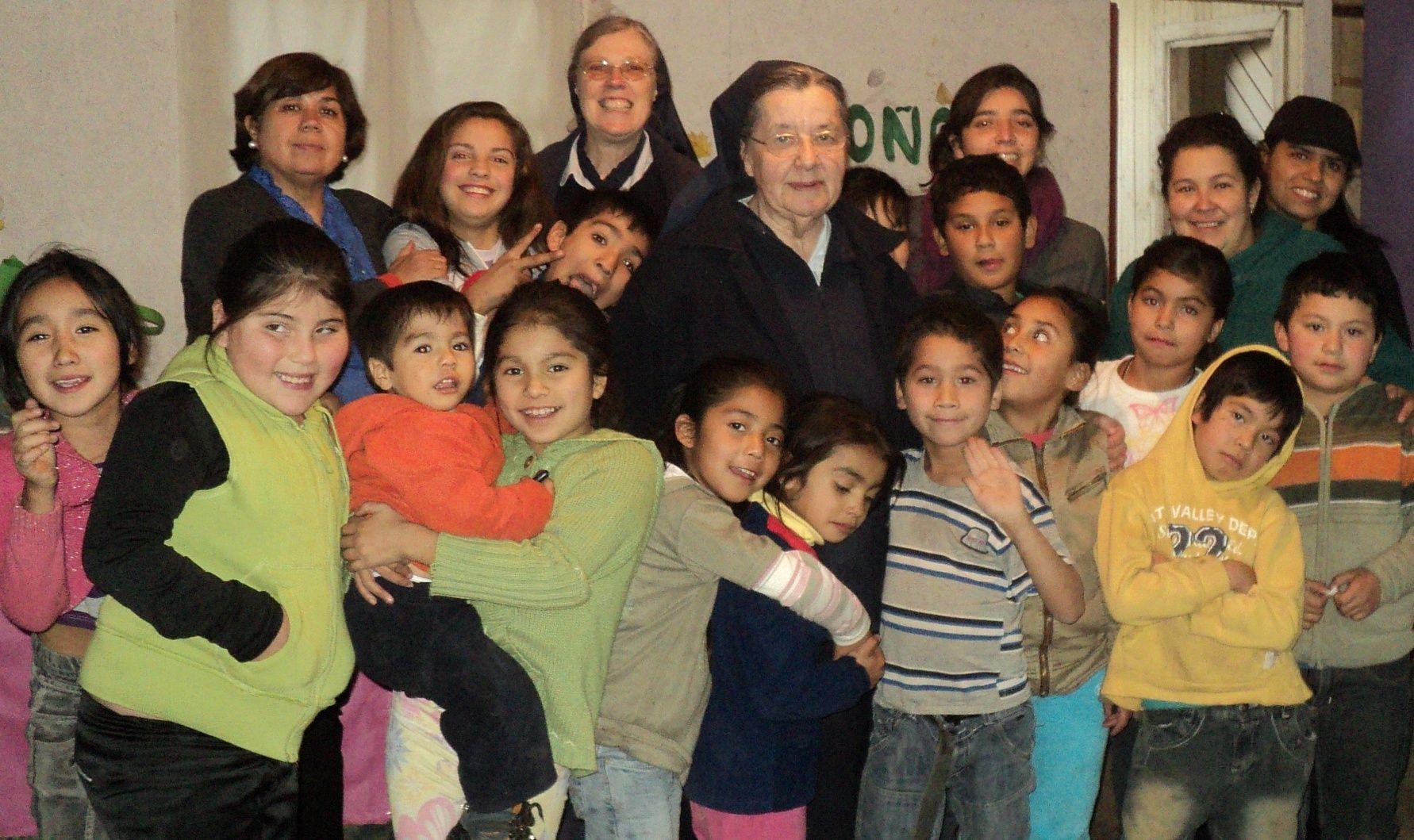 con los niños de la Lautaro y madre Anne-Marie