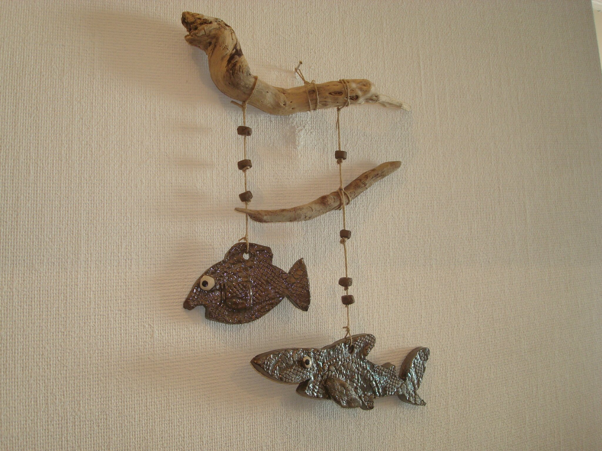 Suspension murale poissons raku et bois flott s for Suspension en bois flotte