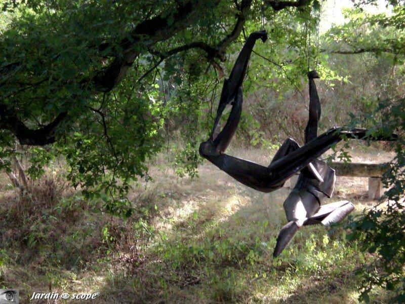 Curieuse sculpture suspendue dans les arbres à Drulon