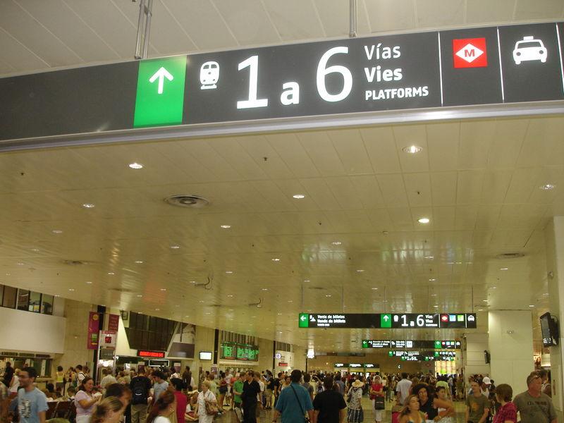 Barcelona Sants. Hall central d'accès aux quais et salle des billets.