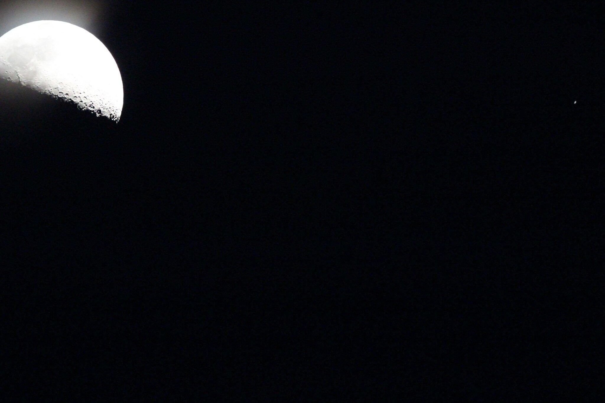photo de la lune et de saturne prise hier depuis mon jardin photos astro infos. Black Bedroom Furniture Sets. Home Design Ideas