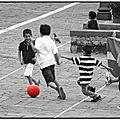 Bambini e pallone rosso