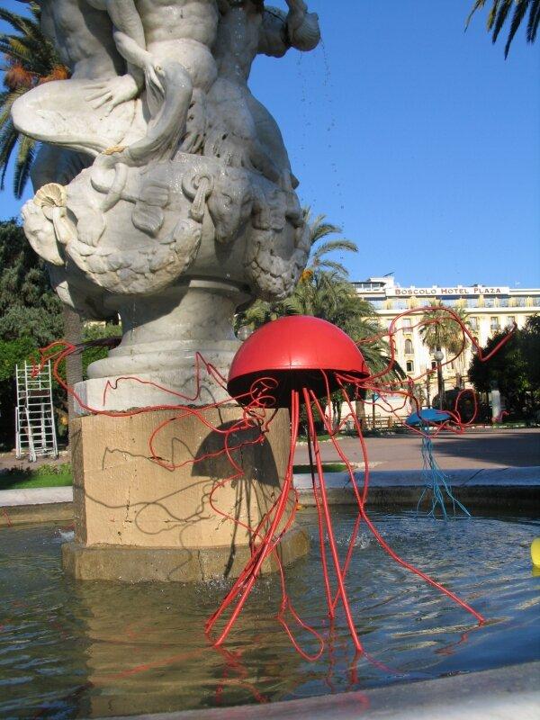 M+®duse rouge pr+¿s de la sculpture