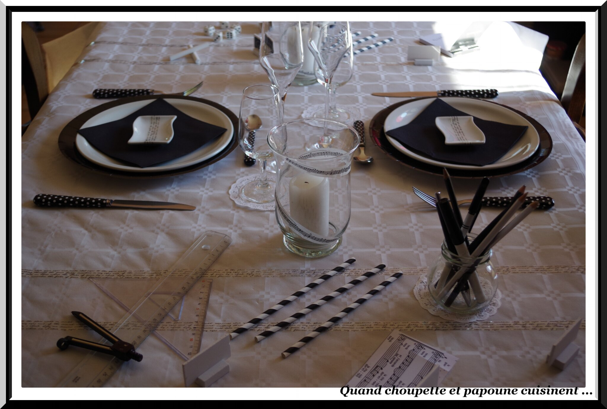 TABLE EN NOIR ET BLANC SPECIALE RENTREE DES CLASSES