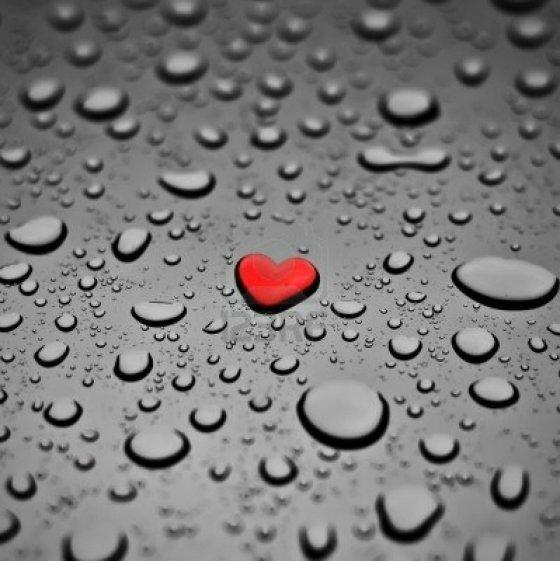 4333278-coeur-rouge-comme-une-goutte-de-pluie-sur-le-fond-gris