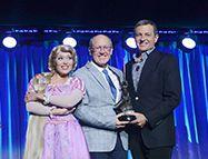 Glen Keane recevant son trophée de Disney Legend des mains de Bob Iger (2013)