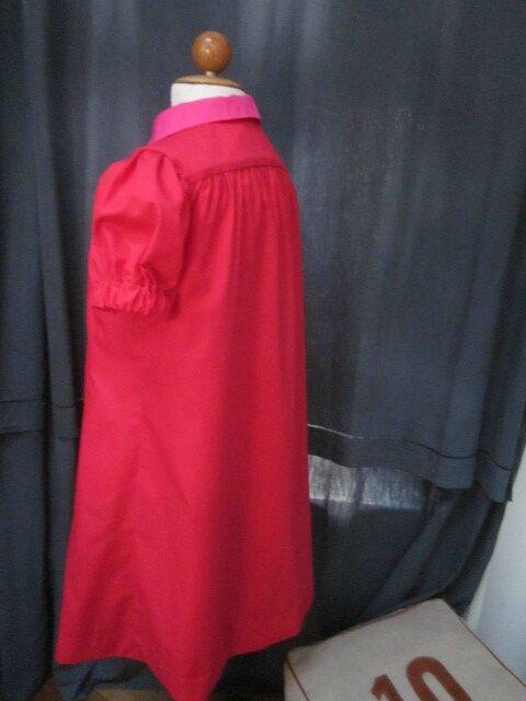 Robe PAULETTE en popeline de coton rouge avec col claudine et boutons recouverts en popeline de coton fushia (14)
