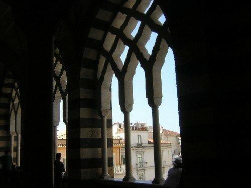 AMALFI Sous le porche de la grande Église