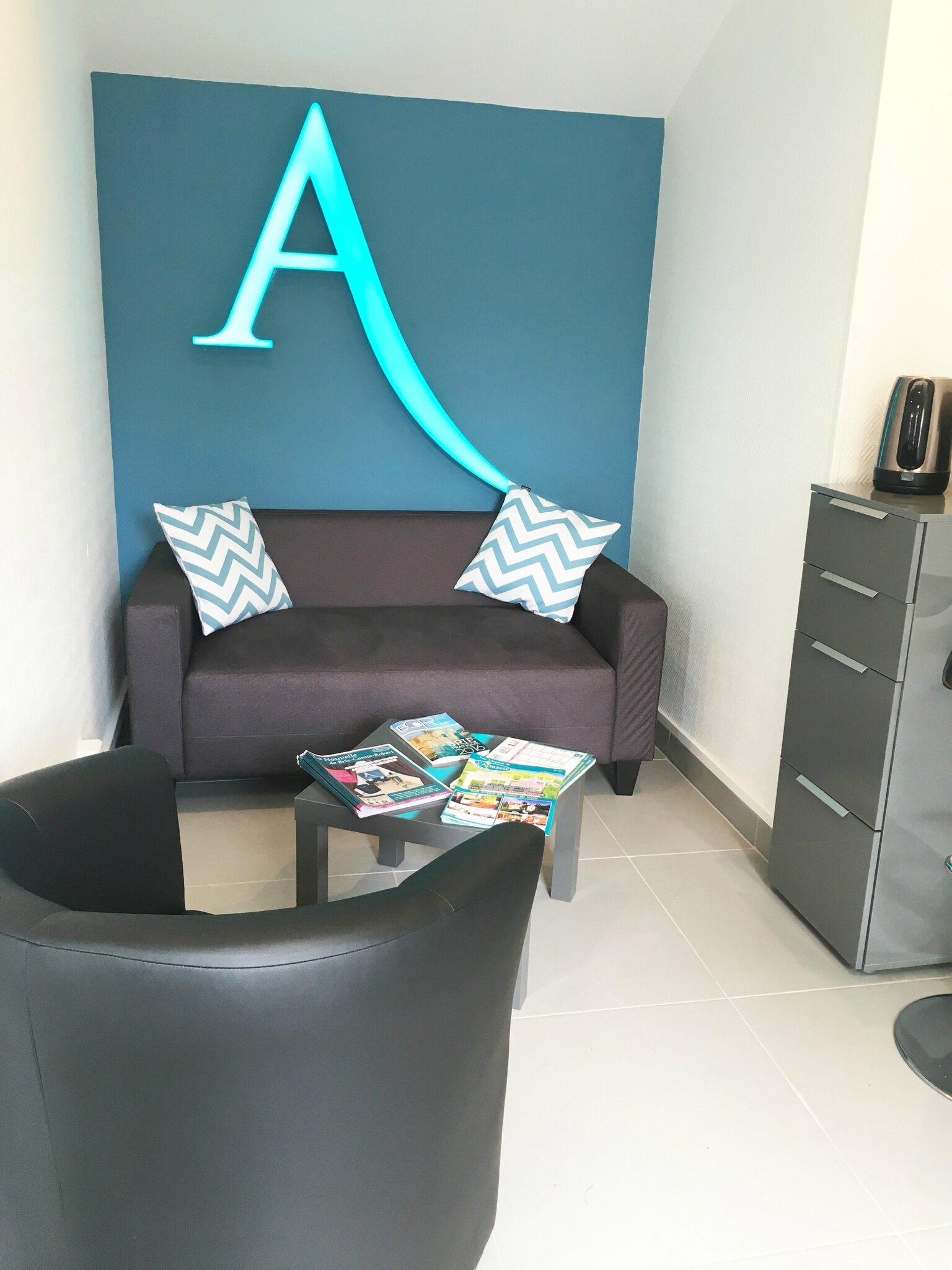 Am nagement d 39 une agence immobili re l 39 adresse brie for Agence immobiliere 84