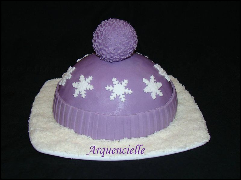Gâteau bonnet de ski dans la neige