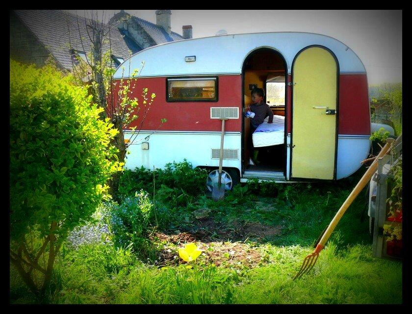 Caravane et recyclage de lit le petit caillou dans ma poche for Caravane chambre 19